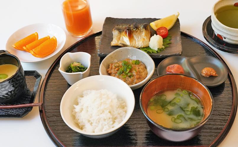 鹿児島伊佐米の釜炊きごはんと新じゃがと玉ねぎのお味噌汁朝食